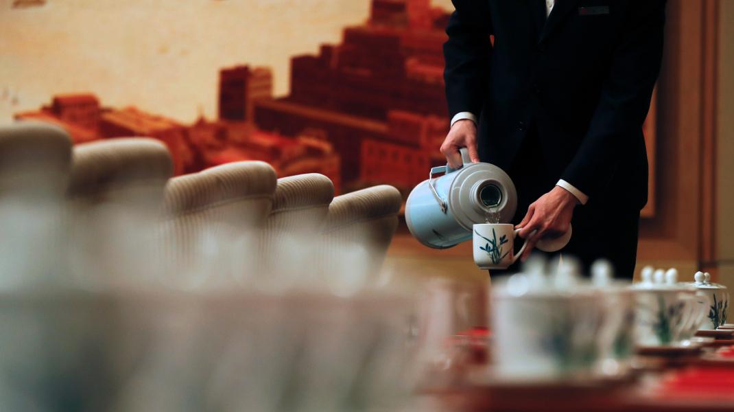Σερβίροντας τσάι στο 19ο Συνέδριο του Κομμουνιστικού Κόμματος Κίνας στο Πεκίνο -Φωτογραφία: AP Photo/Andy Wong