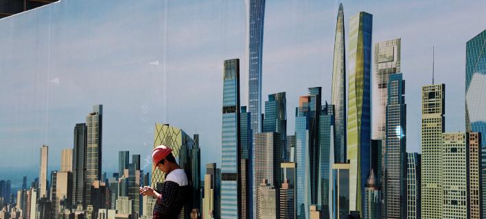 Αφίσα με ουρανοξύστες στην Κίνα/Φωτογραφία: ΑΡ