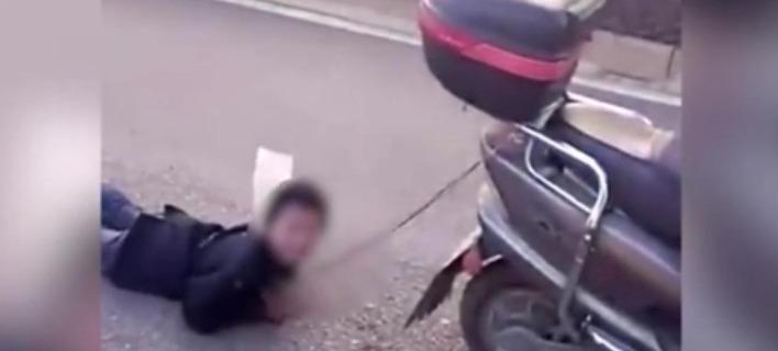 Εδεσε το γιο της και τον έσερνε πίσω από το μηχανάκι [βίντεο]