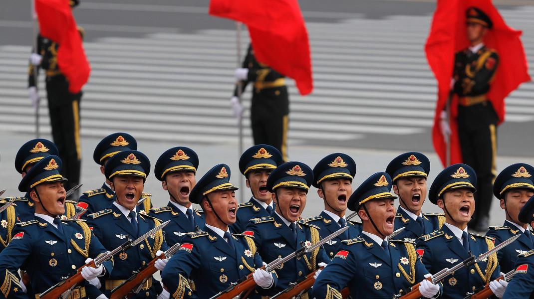 Μέλη της προεδρικής φρουράς της Κίνας κατά την υποδοχή του Ντόναλντ Τραμπ -Φωτογραφία: AP Photo/Andy Wong