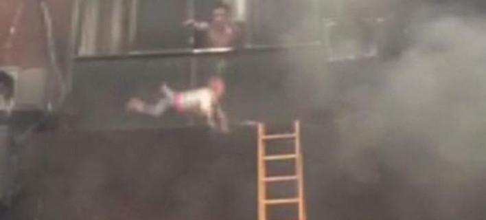Δραματική διάσωση νηπίων στην Κίνα -Τα πετούσαν από τον 2ο όροφο για να τα γλιτώσουν από φωτιά [εικόνες & βίντεο]