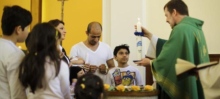 Χιλιάδες μετανάστες στην Ευρώπη ασπάζονται τον Χριστιανισμό για να πάρουν άσυλο [εικόνες]