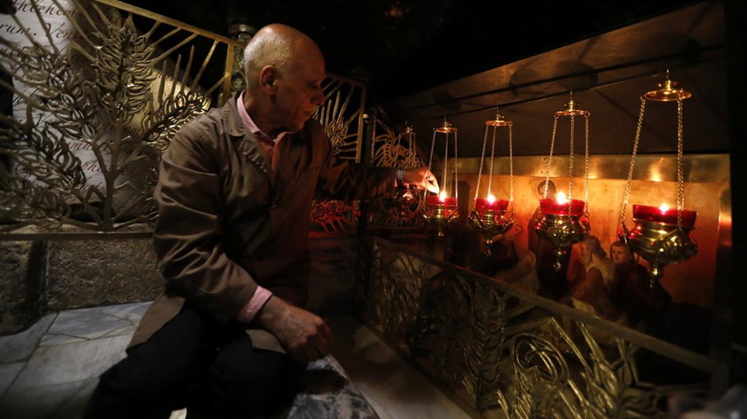 Χριστούγεννα στον ναό της Γέννησης του Χριστού στη Βηθλεέμ -Φωτογραφία: EPA/ABED AL HASHLAMOUN