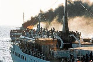 Φλόγες βγαίνουν από το κατάστρωμα του πλοίου City of Poros