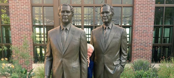 Η παιχνιδιάρικη πόζα του Κλίντον ανάμεσα στους δύο Μπους -Εγινε viral [εικόνα]