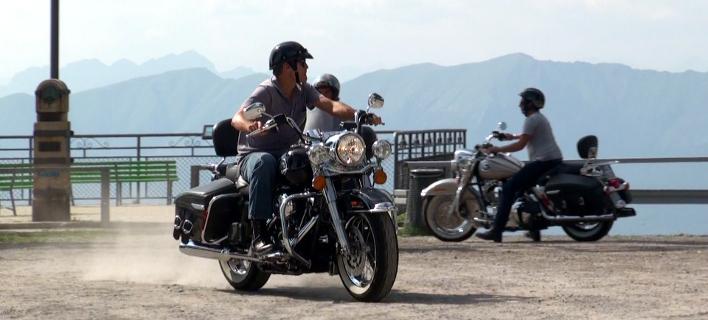 Ο Τζορτζ Κλούνεϊ με την αγαπημένη του Harley Davidson. Φωτογραφία: Splash News
