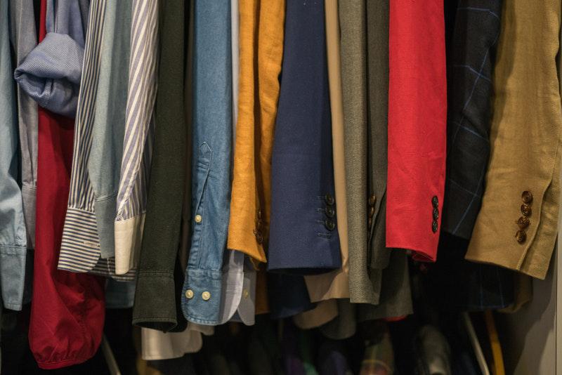 Πώς να γλυτώσετε το σιδέρωμα για μια απλή ζάρα στο πουκάμισό σας