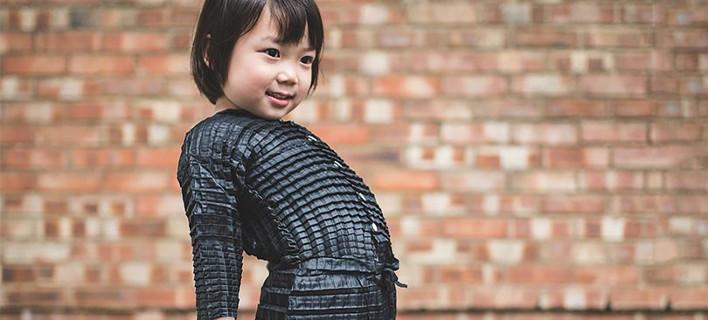 Επανάσταση! Ρούχα για μωρά, που μεγαλώνουν -Τα φοράει από 6 μηνών έως 3 χρόνων [βίντεο]