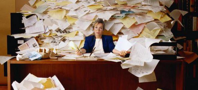 Ενας καλός λόγος για να μην τακτοποιήσετε το γραφείο – Το χάος από χαρτιά γεννά