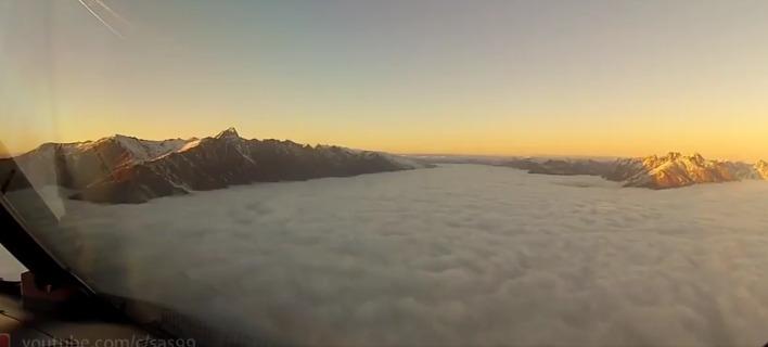 Η θέα πάνω από τις χιονισμένες βουνοκορφές.