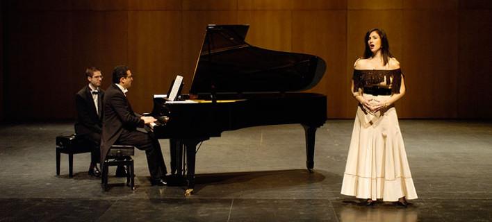 Έχει εμφανιστεί σε όπερες σε Η.Π.Α., Ιταλία, Ισπανία, φωτογραφία: lauramamakos.com