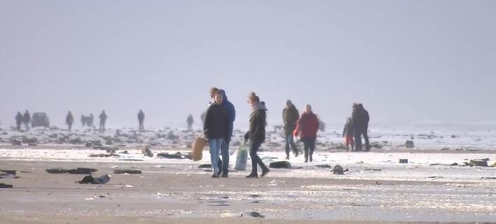 Κάτοικοι ολλανδικών νησιών βγήκαν στην παραλία για να μαζέψουν αντικείμενα από κοντέινερ που έπεσαν από πλοίο (Φωτογραφία: YouTube)