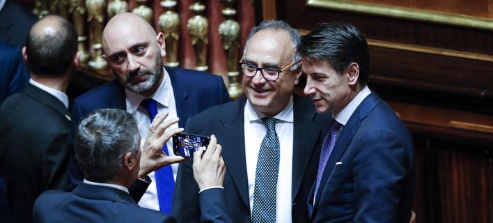 Ο νέος πρωθυπουργός της Ιταλίας Τζουζέπε Κόντε ποζάρει στο φακό γερουσιαστή (Φωτογραφία: ΑΜΠΕ/EPA/GIUSEPPE LAMI)