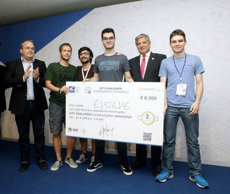 H ομάδα «Evolve» που κέρδισε το 2ο βραβείο στην ομάδα με τους κ.κ. Γρηγόρη Κωνσταντέλλο Δήμαρχο Βάρης Βούλας Βουλιαγμένης, Γιώργο Πατούλη Πρόεδρο της ΚΕΔΕ.