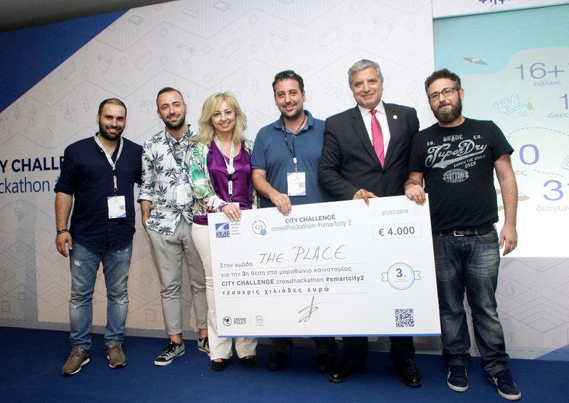 H ομάδα «The Place» που κέρδισε το 3ο βραβείο με τους κ.κ. Νέλλη Λαμπροπούλου-Τζάκου Γενική Διευθύντρια Λιανικής Τραπεζικής της Εθνικής Τράπεζας και Γιώργο Πατούλη Πρόεδρο της ΚΕΔΕ.
