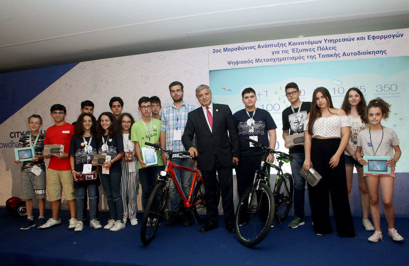 Ο κ. Γιώργος Πατούλης, Πρόεδρος της ΚΕΔΕ με συμμετέχοντες στον Μαθητικό Διαγωνισμό.
