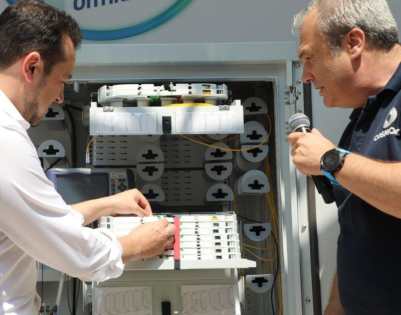 Ο Υπουργός Ψηφιακής Πολιτικής, Τηλεπικοινωνιών και Ενημέρωσης, κ. Νίκος Παππάς ενεργοποιεί την πρώτη σύνδεση COSMOTE Fiber To The Home, με τη βοήθεια του Chief Officer Τεχνολογίας και Λειτουργιών Ομίλου ΟΤΕ κ. Στέφανου Θεοχαρόπουλου