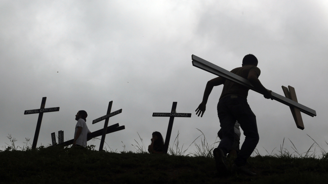 Βενεζουέλα: Οι σταυροί αντιπροσωπεύουν τους νεκρούς στις διαδηλώσεις κατά Μαδούρο – Φωτογραφία: AP Photo/Fernando Llano