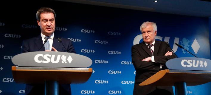 Ο πρόεδρος του CSU Χορστ Ζεεχόφερ (δεξιά) και ο κυβερνήτης Μάρκ Ζέντερ (αριστερά) -Φωτογραφία: AP/Matthias Schrader