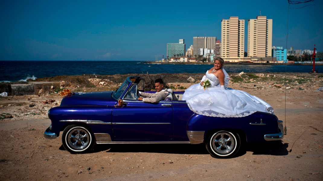 Γάμος στην Κούβα που μπαίνει στη μετά-Κάστρο εποχή -Φωτογραφία: AP Photo/Ramon Espinosa