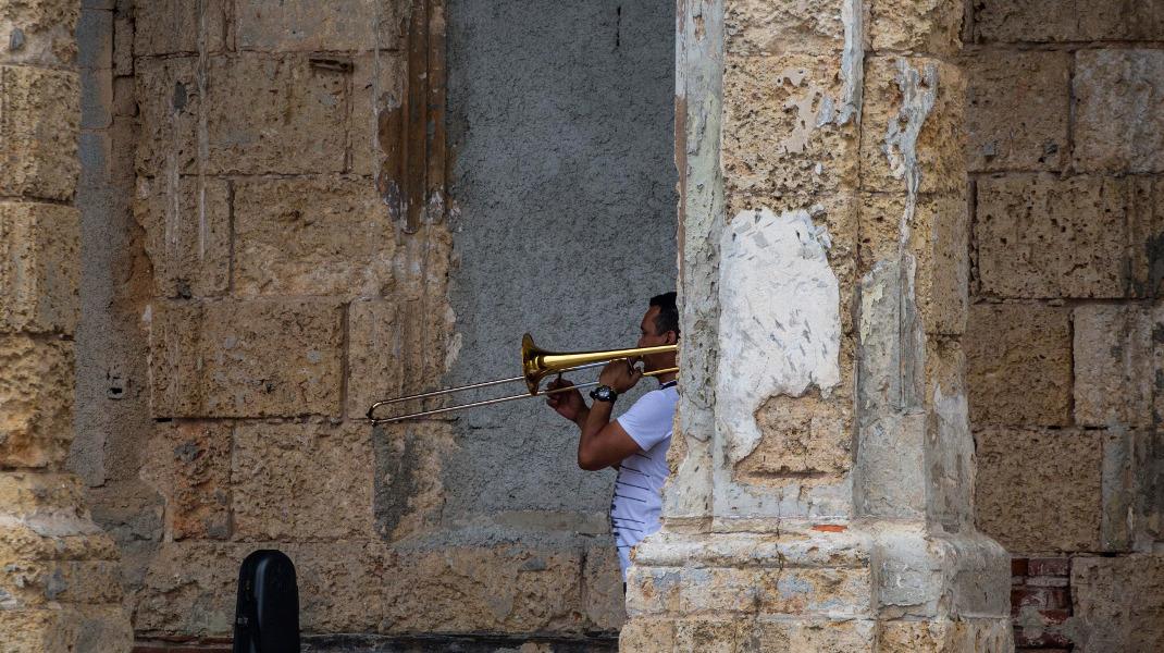 Σε ταξιδεύει ακόμη και μια απλή, καθημερινή εικόνα, από την Αβάνα της Κούβας -Φωτογραφία: AP/Desmond Boylan