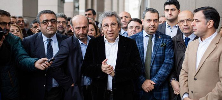 Τουρκία: Αποφυλακίστηκαν οι δύο δημοσιογράφοι της Τζουμχουριέτ