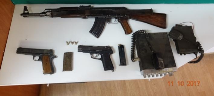 Κρήτη: Είχαν μετατρέψει τα σπίτια τους σε οπλοστάσια -Δύο άντρες πιάστηκαν με καλάσνικοφ, πιστόλια και πυρομαχικά