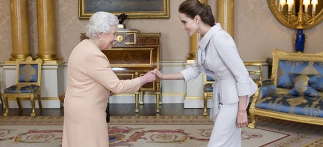 H Αντζελίνα Τζολί έγινε... Ιππότης -Η Βασίλισσα Ελισάβετ την έχρισε «dame» [εικόνες]