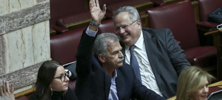 Ο ανεξάρτητος βουλευτής Σπύρος Δανέλλης ψηφίζει στην ψήφο εμπιστοσύνης υπέρ της κυβέρνησης- φωτογραφία intimenews