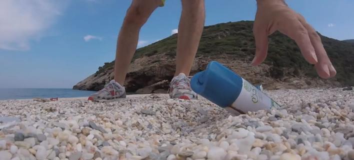 Πλαστικά απορρίμματα σε ελληνική παραλία. Φωτογραφία: Screenshot/YannisDarras