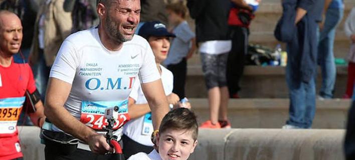 Συγκλονίζει η φωτογραφία του δασκάλου που τρέχει με τον μαθητή του στον Μαραθώνιο