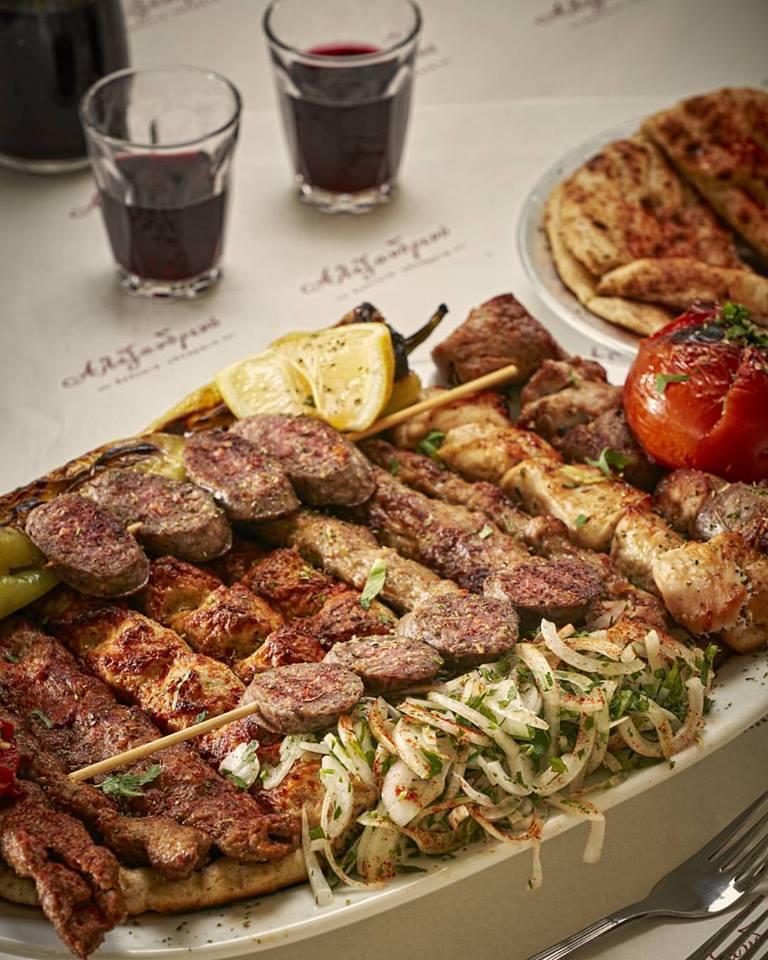 Τσικνοπέμπτη στο σπίτι: Αυτά είναι τα 10 delivery της Αθήνας που θα σου φέρουν στη πόρτα σου τα πιο ζουμερά παϊδάκια,σουβλάκια,κοψίδια