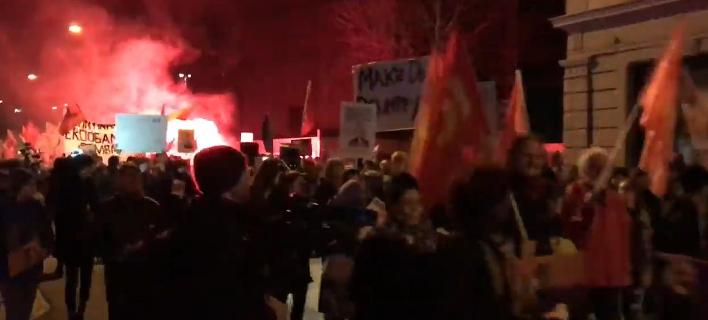 Διαδηλωτές κάνουν πορεία στο κέντρο της Ζυρίχης κατά της επίσκεψης Τραμπ (Φωτογραφία: YouTube)