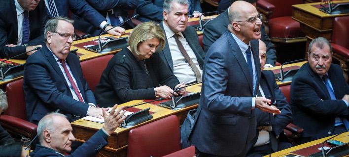 Χάος στη Βουλή, ο ΣΥΡΙΖΑ χωρίς δεδηλωμένη -Πυρά από Δένδια, Βενιζέλο