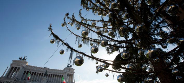 Το μαραμένο χριστουγεννιάτικο δέντρο στην Piazza Venezia, Φωτογραφία: AP