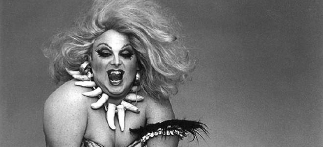 CINETROLL: Θρυλική disco τραβεστί εναντίον punk οργισμένων φεμινιστριών