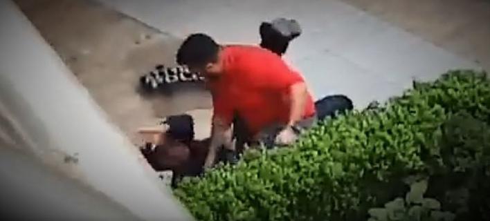 Διαδηλωτής ρίχνει κάτω και γρονθοκοπεί αστυνομικό -Δεν τον συνέλαβαν [βίντεο]