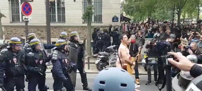 Ο γυμνός διαδηλωτής συγκέντρωσε τα βλέμματα στο Παρίσι (Φωτογραφία: Twitter)