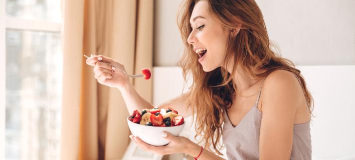 Γυναίκα τρώει πρωινό /Shutterstock