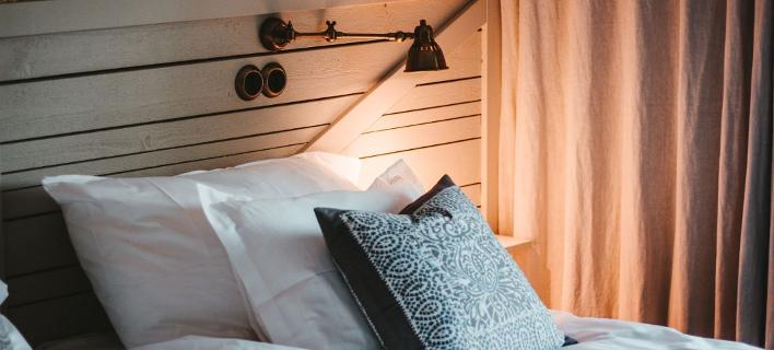 Mια cosy κρεβατοκάμαρα/ Φωτογραφία: Unsplash/ Julian Hochgesang