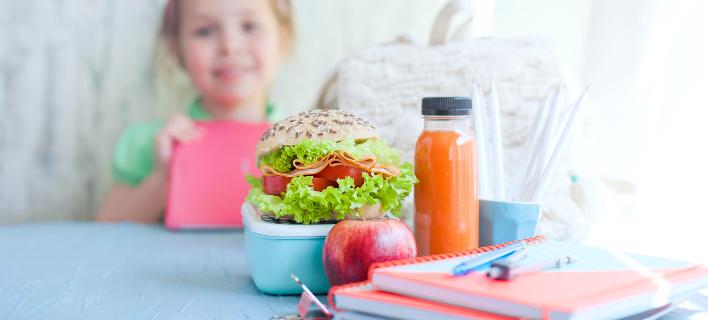 Ενα παιδί απολαμβάνει υγιεινά σνακ/ Φωτογραφία: Shutterstock