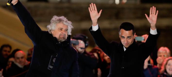Ο ΛουΪτζι Ντι Μάιο, πανηγυρίζει για το θρίαμβο του Κινήματος 5 Αστέρια με τον Μπέπε Γκρίλο (Φωτογραφία: ΑΡ)