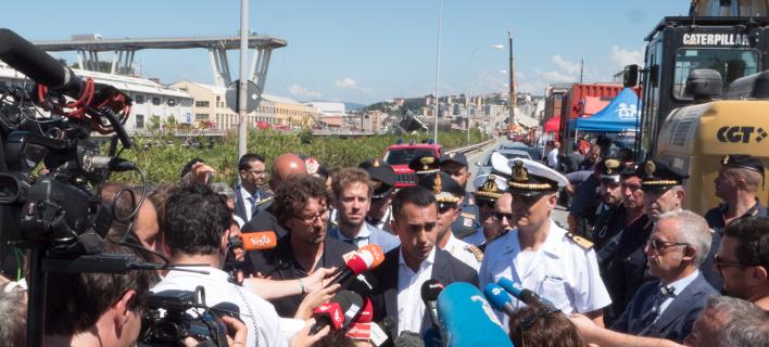 Ο αντιπρόεδρος της κυβέρνησης, υπουργός Εργασίας και αρχηγός των Πέντε Αστέρων Λουίτζι Ντι Μάιο κοντά στα ερείπια της γέφυρας στη Γένοβα (Φωτογραφία: ΑΡ)