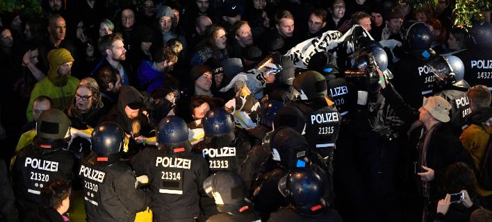 Διαδηλωτές και επεισόδια έξω από τα γραφεία του ακροδεξιού AFD στη Γερμανία [εικόνες & βίντεο]