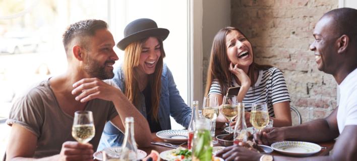 Παρέα που τρώει έξω /Φωτογραφία: Shutterstock