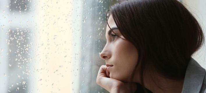 Μια γυναίκα κοιτάει από το παράθυρο, Φωτογραφία: Shutterstock