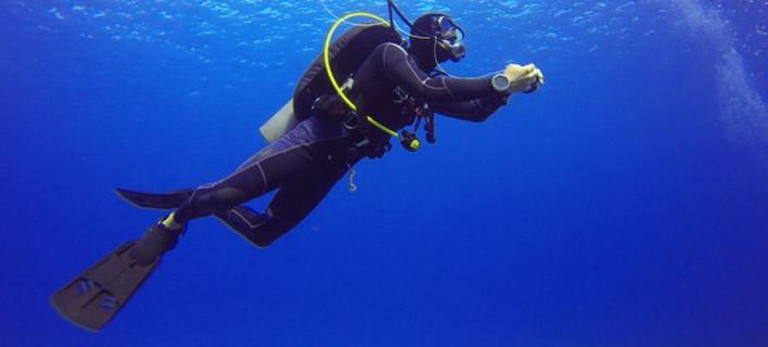 Δύτης στα γαλάζια νερά του Αιγαίου
