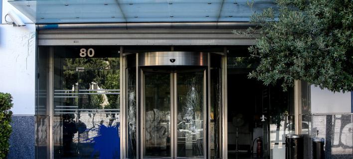 Δείτε καρέ-καρέ την επίθεση κουκουλοφόρων στα παλιά γραφεία του ΔΟΛ [βίντεο]