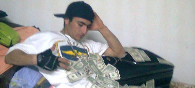 Ο 23χρονος Αλβανός έδειχνε στην 13χρονη εικόνες με βαλίτσες γεμάτες δολάρια και