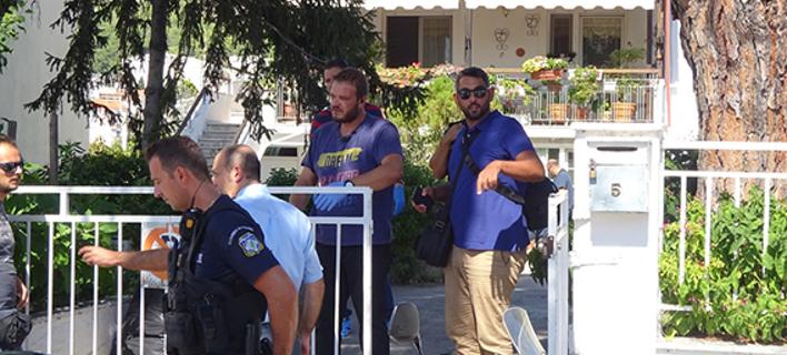 Αστυνομικοί ερευνούν το σπίτι όπου έγινε το φονικό- φωτογραφία Kavalawebnews